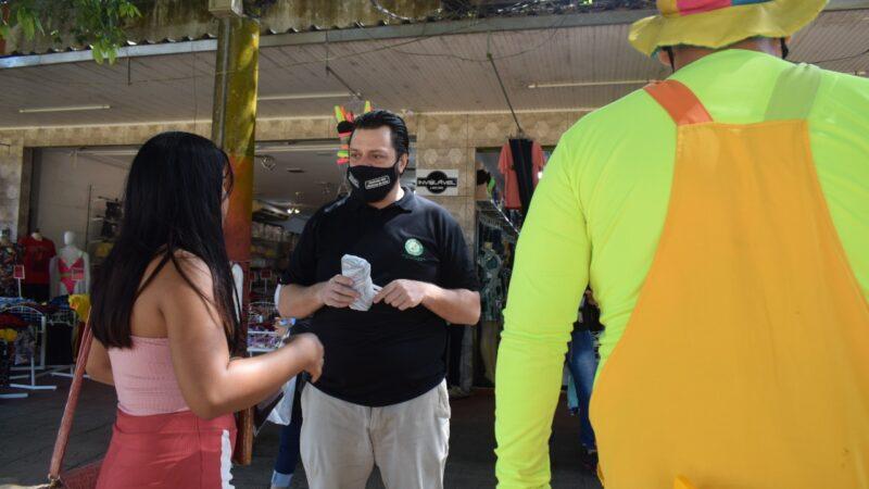 Prevenção: Sindmed-AC distribui máscaras para populares no Centro de Rio Branco
